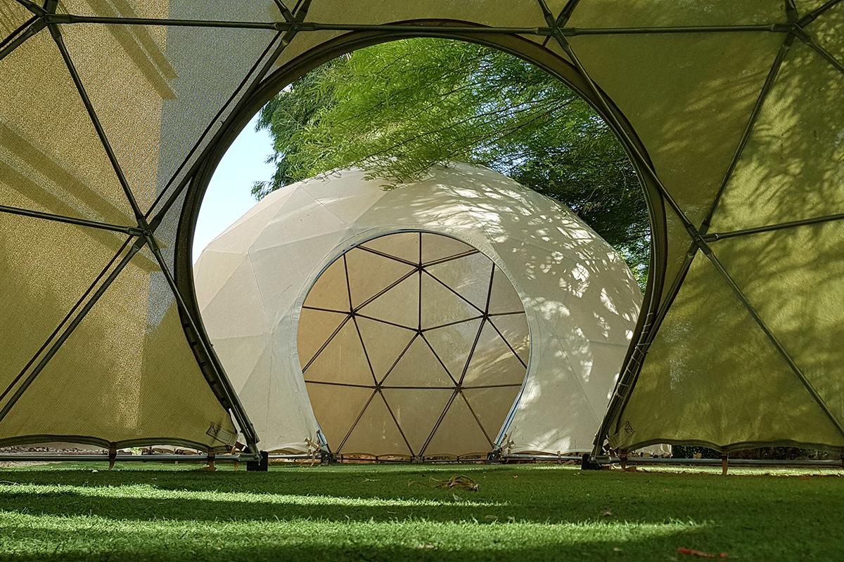 כיפה גאודזית מוצלת מדגם לייט ספייס - מבנה צל לחצר